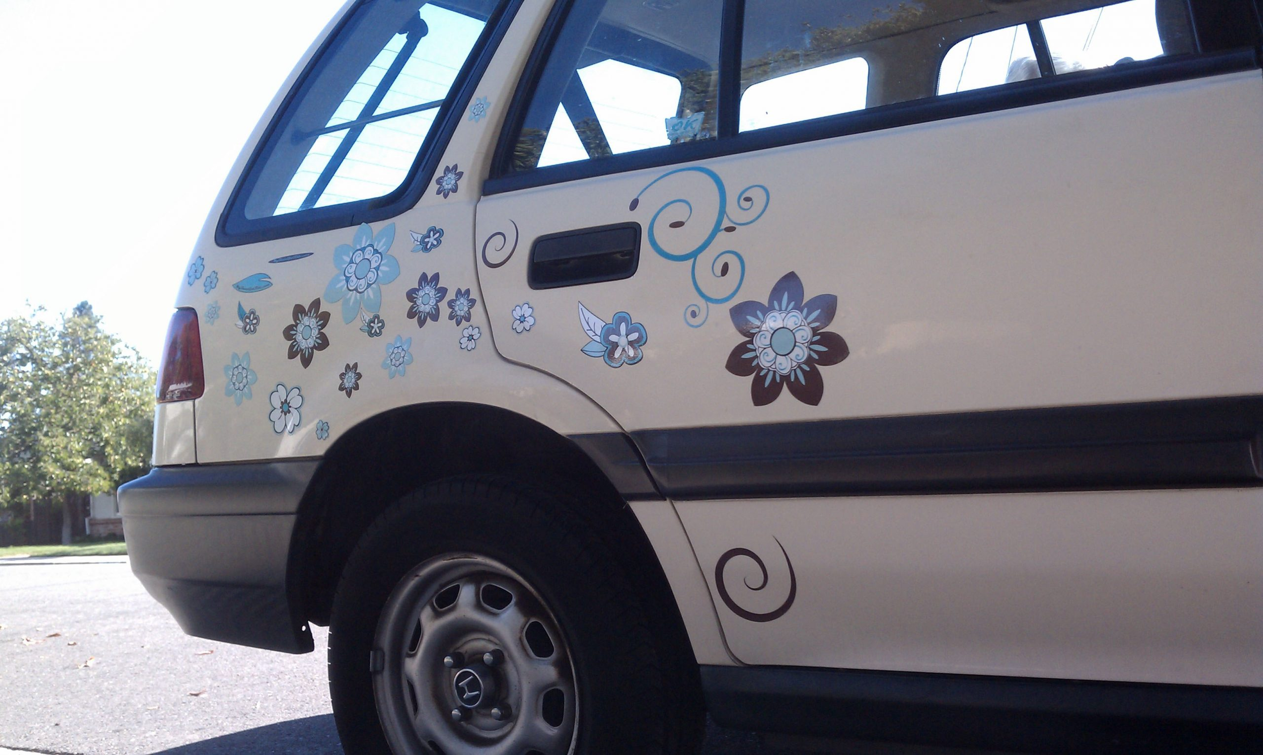 Beige Honda Civic station wagon rear quater panel with pretty brown and blue flower decals